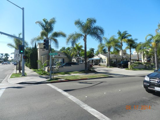 Coronado Inn : no right turn direct to driveway from 3rd Street