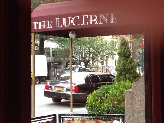 The Lucerne Hotel: Front entrance, view from restaurant!