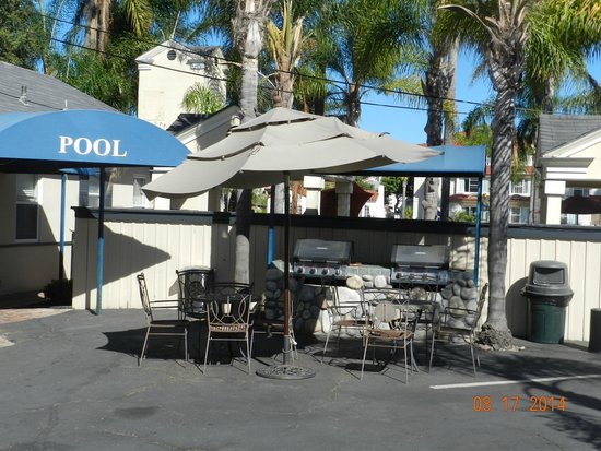 Coronado Inn: gas grills behind pool