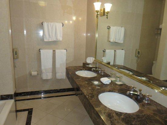 Avalon Hotel: Bathroom vanity