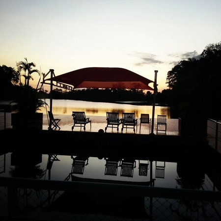 Nascer do Sol visto do deck principal do Lodge Amazon Jungle Palace