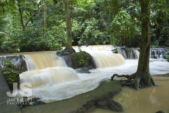 Khao Phanom Bencha National Park : lots of smallcascading water everywhere