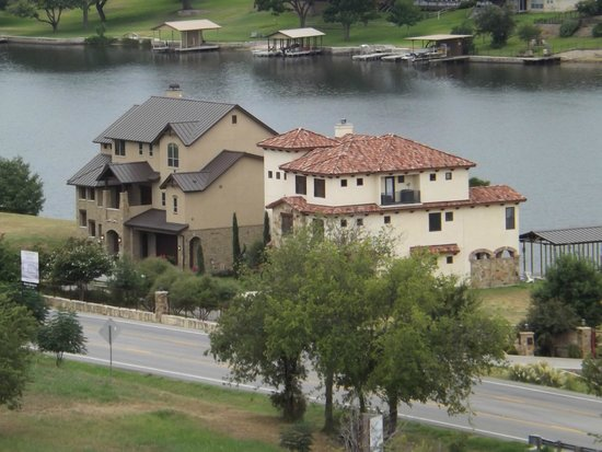 La Quinta Inn & Suites Marble Falls: Homes on the river nearby