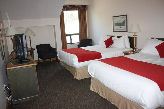 The Glacier View Inn: Two queen beds