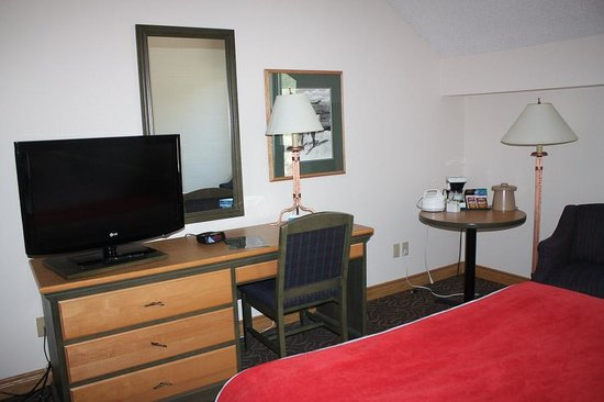 The Glacier View Inn: Desk area with TV and kettle