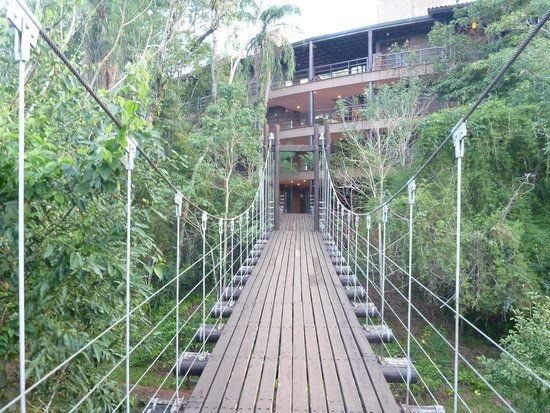Loi Suites Iguazu : One of the cable bridges to the room