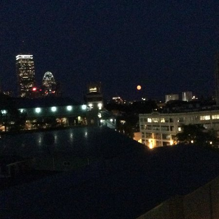 Residence Inn Boston Back Bay/Fenway : Rooftop bar looking over Fenway Park (non-game night)
