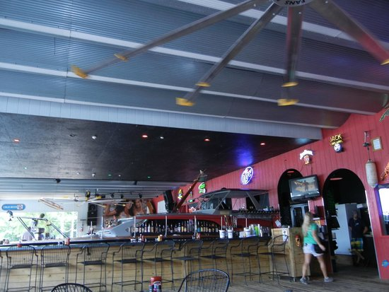 Jolly Rogers Grub and Grog: Huge fans keep it pleasant