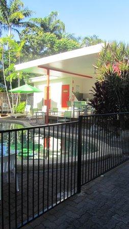Port Douglas Motel : zwembad met buitenkeuken