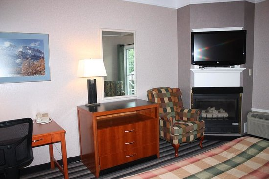 Days Inn Canmore : Nice fireplace and TV