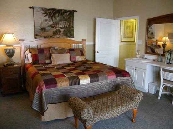 Cedar Key Harbour Master Suites : Sea Pearl master bedroom