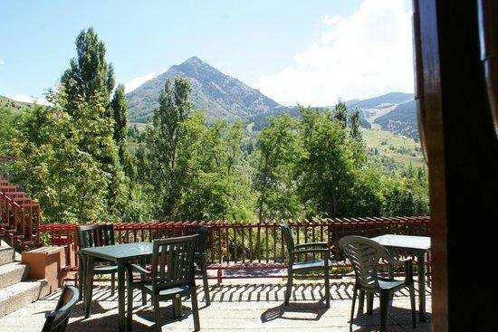 Evenia Monte Alba: Vista del pico Cerler desde la terraza del bar.