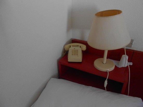 Villaggio Paestum: lampada e telefono vintage in camera