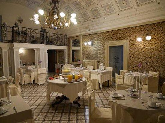 Hotel Aquila Bianca: 朝食会場は、壁紙も、床のタイルもステキです。