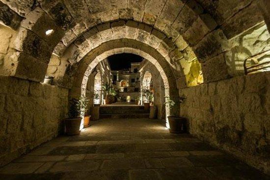 Doors Of Cappadocia Hotel: The entrance hall at night