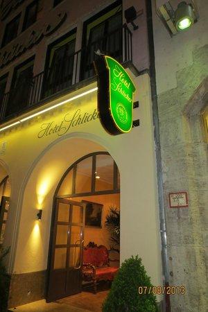 "Hotel Schlicker ""Zum Goldenen Loewen"": Вход в отель Шликкер."