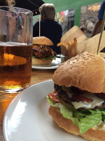 Cock's & Cows Gl. Strand: Good burger!