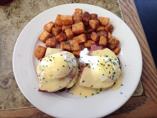 Pioneer Inn Grill and Bar: yummy eggs benedict