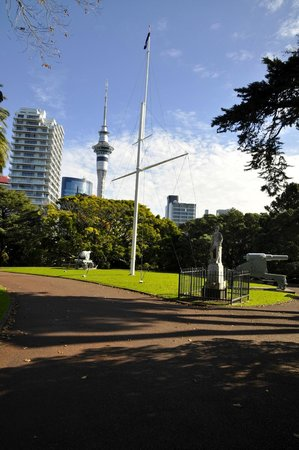 Albert Park: Sky Tower and NZ Navy monument