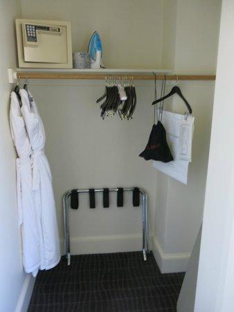 Hotel Lucia: Closet, room 914