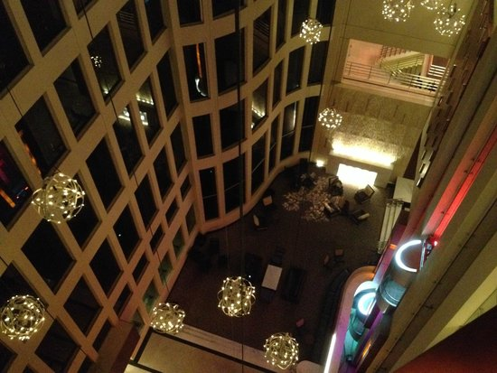 Hilton Colon Guayaquil: Hotel lobby with viewing elevators for the ride to the upper rooms