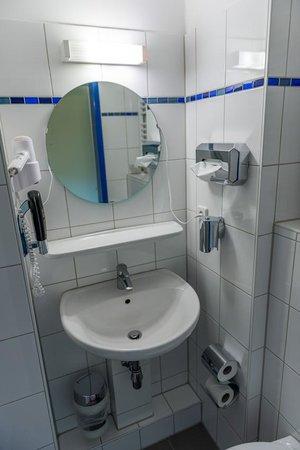 A&O Dresden Hauptbahnhof: Bathroom