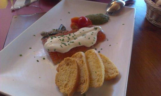 La Herradura: Salmón marinado con salsa de queso, tomatitos sherry y pesto