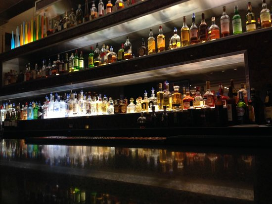 EB Hotel Miami Airport: Lobby bar area - great selection of single malt scotch - Classy!