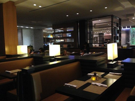 EB Hotel Miami Airport: view of the restaurant - an extension of the huge lobby area