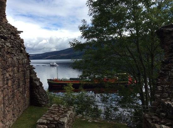 Urquhart Castle: Loch Ness with boat traffic