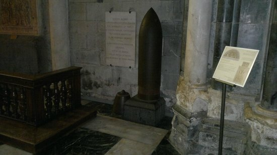 Cattedrale di San Lorenzo - Duomo di Genova : TORPEDO QUE ATINGIU A CATTEDRALE E NÃO EXPLODIU
