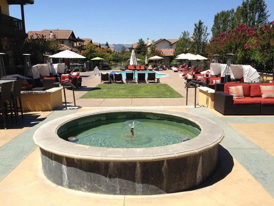 The Lodge at Sonoma Renaissance Resort & Spa: View From Main Building to Pool
