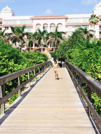 Palm Beach Shores Resort and Vacation Villas: The boardwalk from the resort to the beach