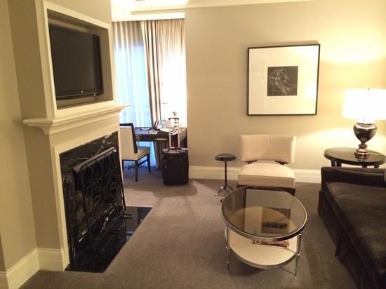 Waldorf Astoria Chicago: Sitting area of the Waldorf Suite.