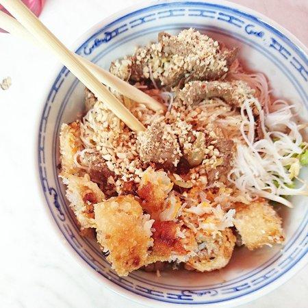 Nuits de saigon : Bo bun (vermicelle, salade, nems, boeuf )