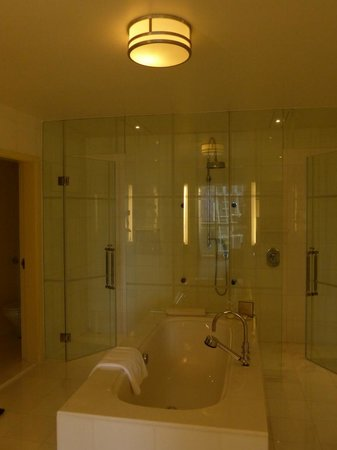 Fairmont Singapore: Bathroom