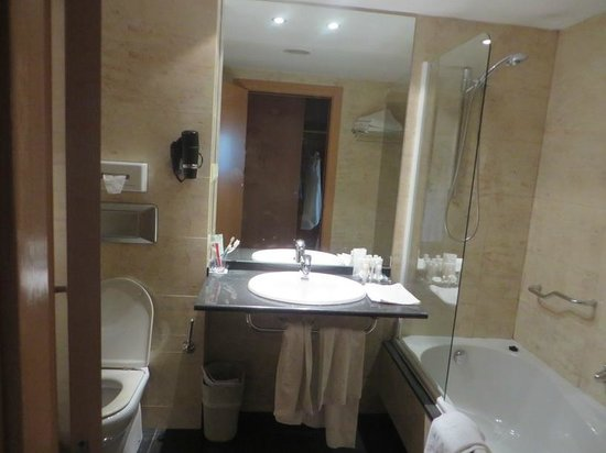Barcelo Atenea Mar Adults Only : large and clean bathroom