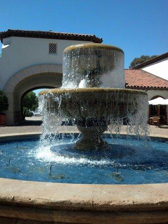 The Ritz-Carlton Bacara, Santa Barbara : A wonderfully Huge fountain greets you along with friendly Valets!