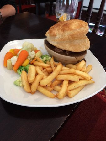 Steak pie with chips and fresh vegetables. - Picture of ...