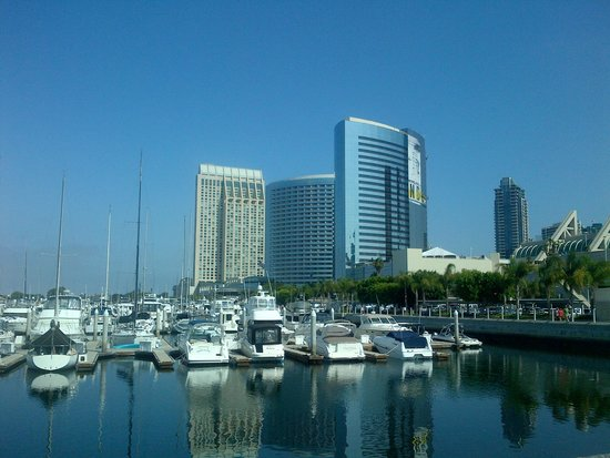 Marriott Marquis San Diego Marina: Hotel from marina promenade