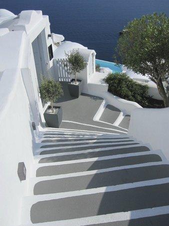 Katikies Hotel: Caminho do quarto pra piscina