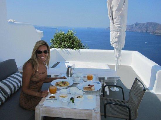 Katikies Hotel: Café da manhã na varanda do quarto