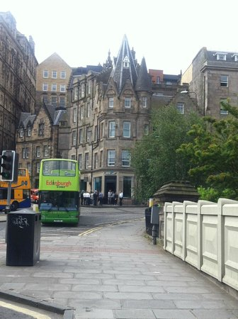 Motel One Edinburgh-Royal: Fachada del hotel desde Waverley Station