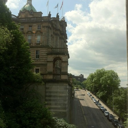 Motel One Edinburgh-Royal : Vista de Market Street con el castillo