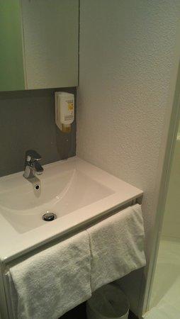 Ibis Budget Cannes Centre Ville: The bathroom.