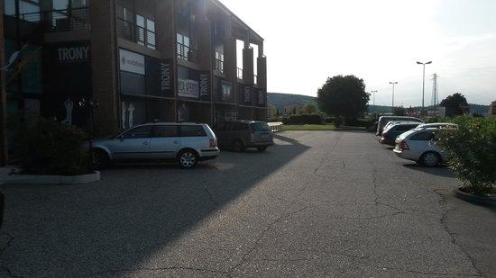 Hotel Garda: parcheggio esterno