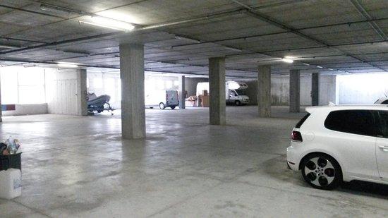 Hotel Garda: parcheggio interno