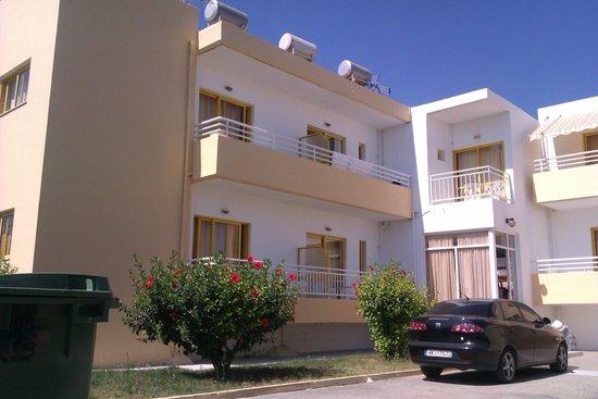 Cosmi Apartments: вид отеля сзади