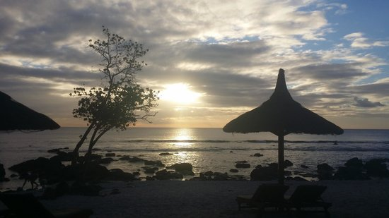 InterContinental Mauritius Resort Balaclava Fort : sunset on the beach.