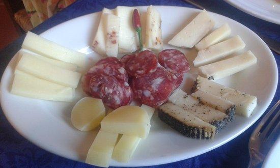 Agriturismo Saccollino: antipasto di formaggi
